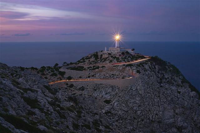 Faro Formentor iluminado